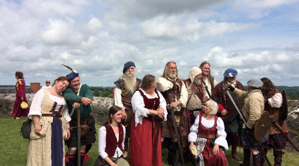 Highlanders à la Fête Médiévale Écossaise à Châtillon. Retrouver les animations et événements entre Berry Touraine.
